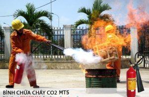 su-dung-binh-chua-chay-co2